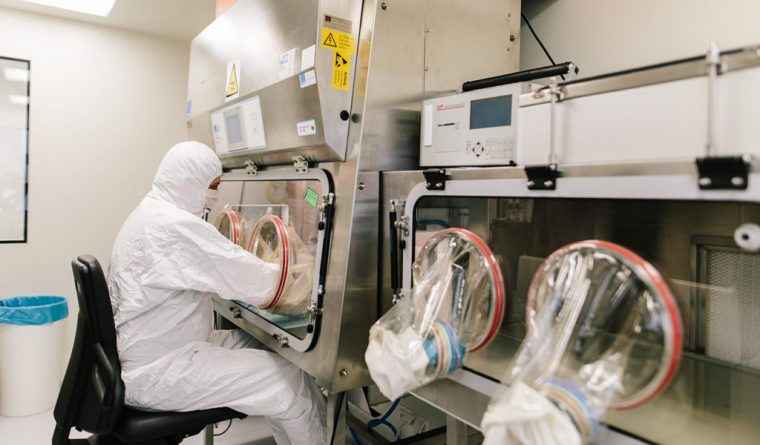 Zubereitung von Medikation unter sterilen Bedingungen in der Einhorn Apotheke in Straubing